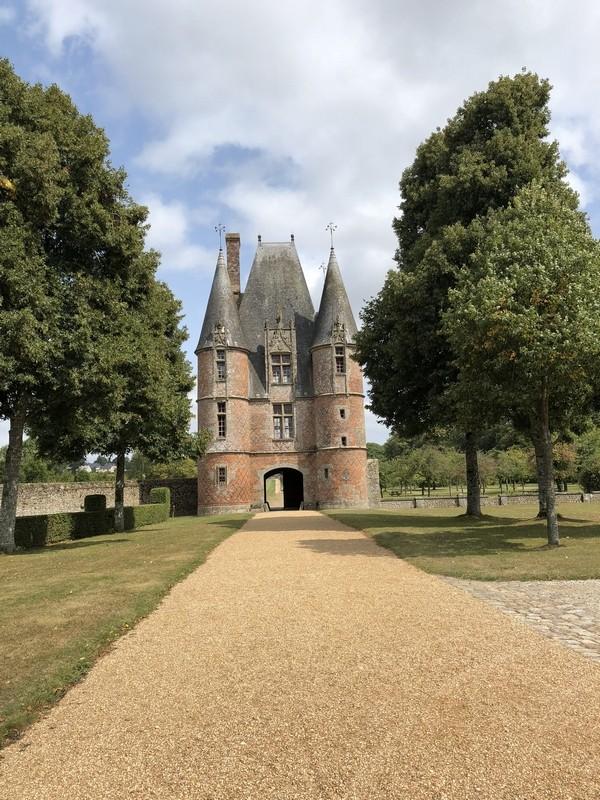 Het poortgebouw van het kasteel van Carrouges.