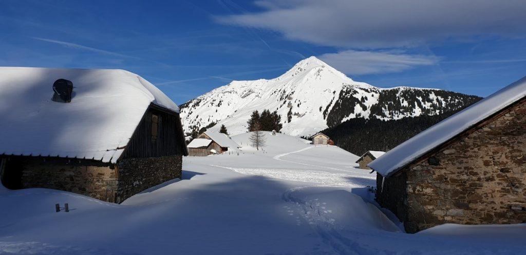 Ingesneeuwd Chalet de Lens met Mont de Grange op de achtergrond. Foto: Sietske Mensing
