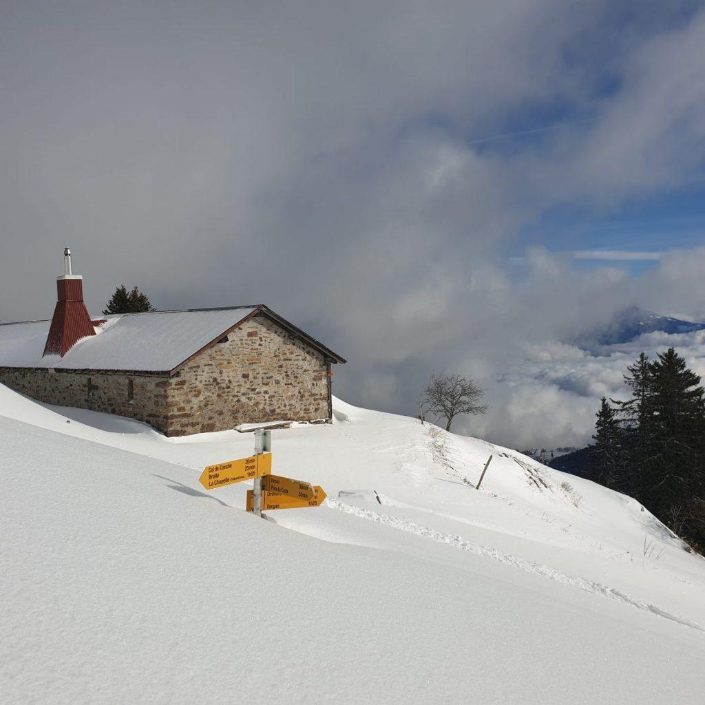 De bewegwijzer verdwijnt bijna helemaal in de sneeuw. Foto: Sietske Mensing
