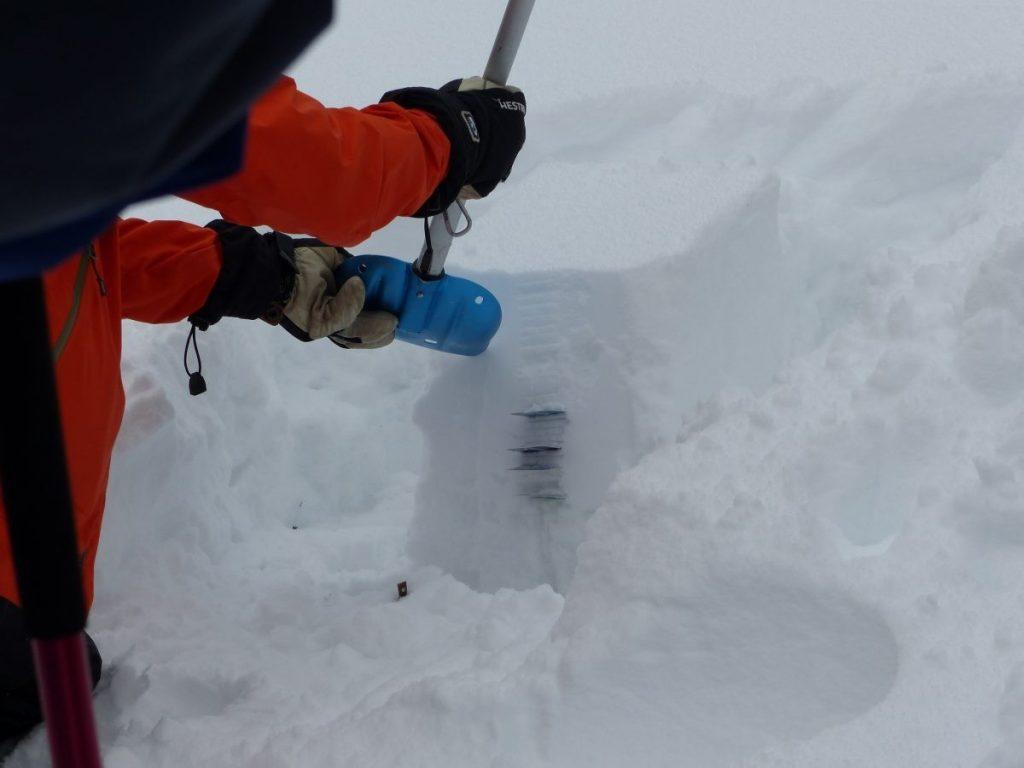 Luisteren en kijken naar de opbouw van het sneeuwdek. Foto: Sietske Mensing