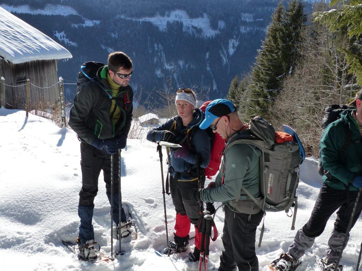 Even orienteren bij het laatste huis op de bergweg. Foto: Bart Geelhoed