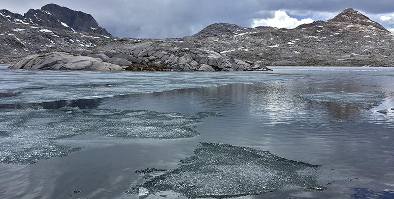 IJskristallen in het meer © André de Jel