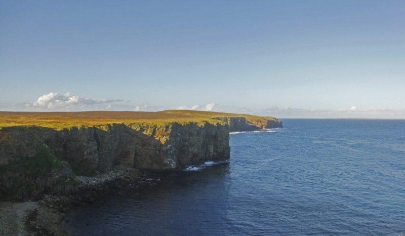Klotsende zee tegen de rauwe kliffen van Mull Head. Foto: Erwin Zantinga