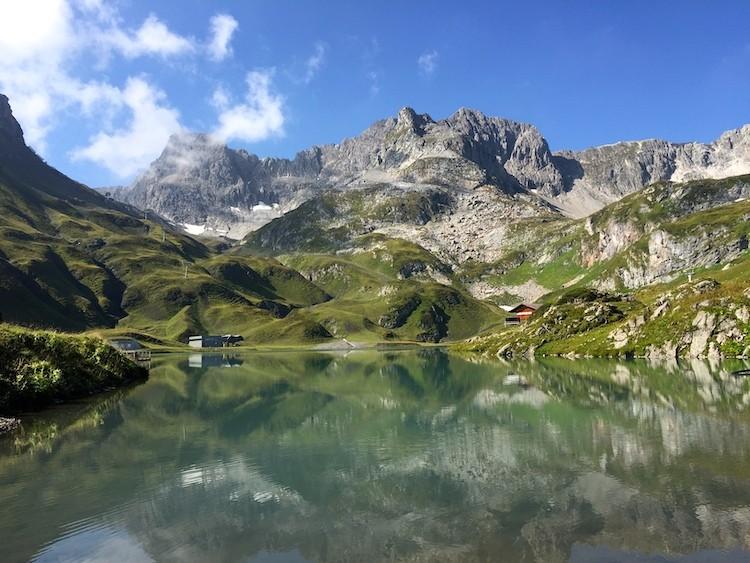 Vroeg in de ochtend heeft de Zürser See mooie reflecties