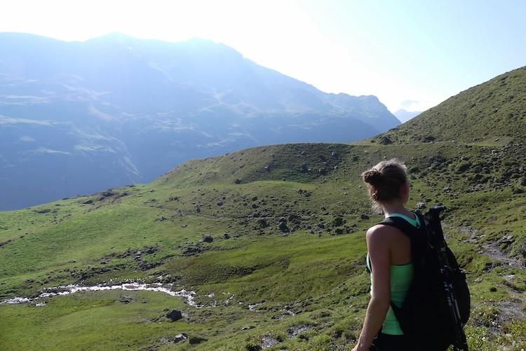 Vanaf de grote parkeerplaats bij Zürs klim je omhoog en heb je al snel een weids, groen uitzicht.