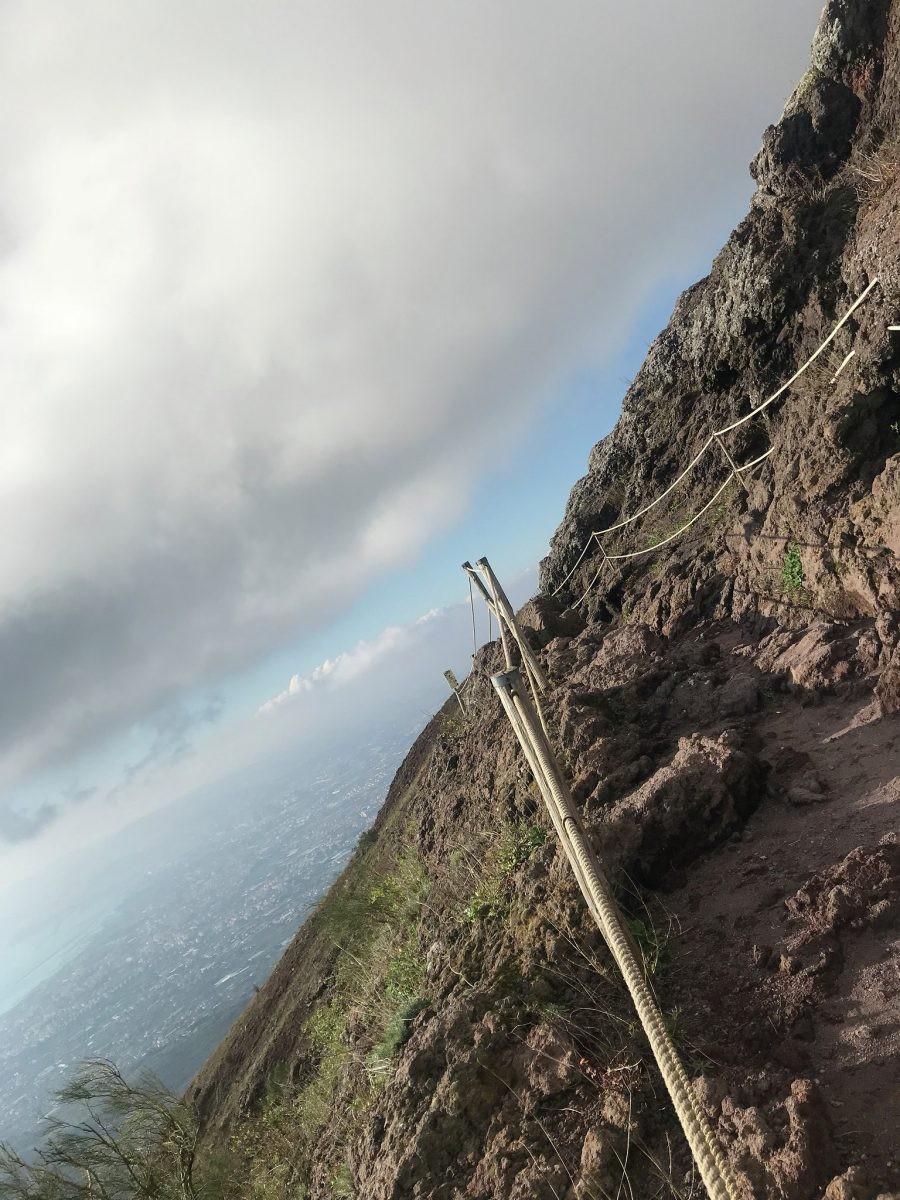 Een stijl pad van zand met losliggende stenen zorgt voor een vermoeiende klim naar boven
