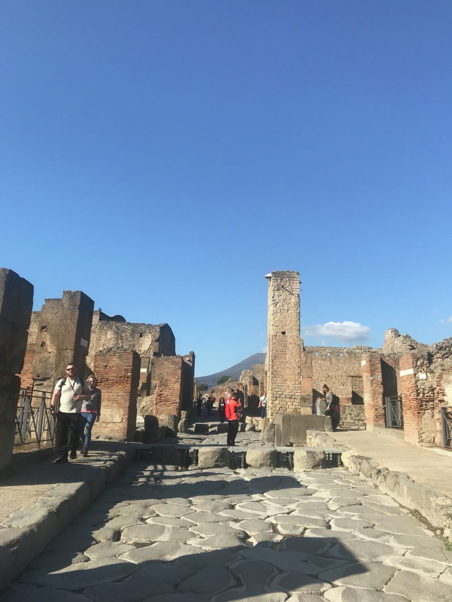 Ondanks dat ik Pompeii niet in het hoogseizoen bezoek, is het erg druk.