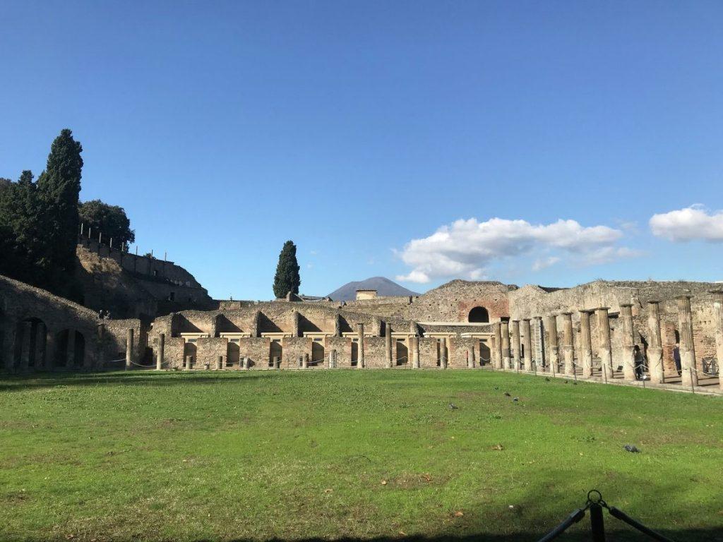 Vanuit de opgravingen van Pompeii kun je de Vesuvius goed zien