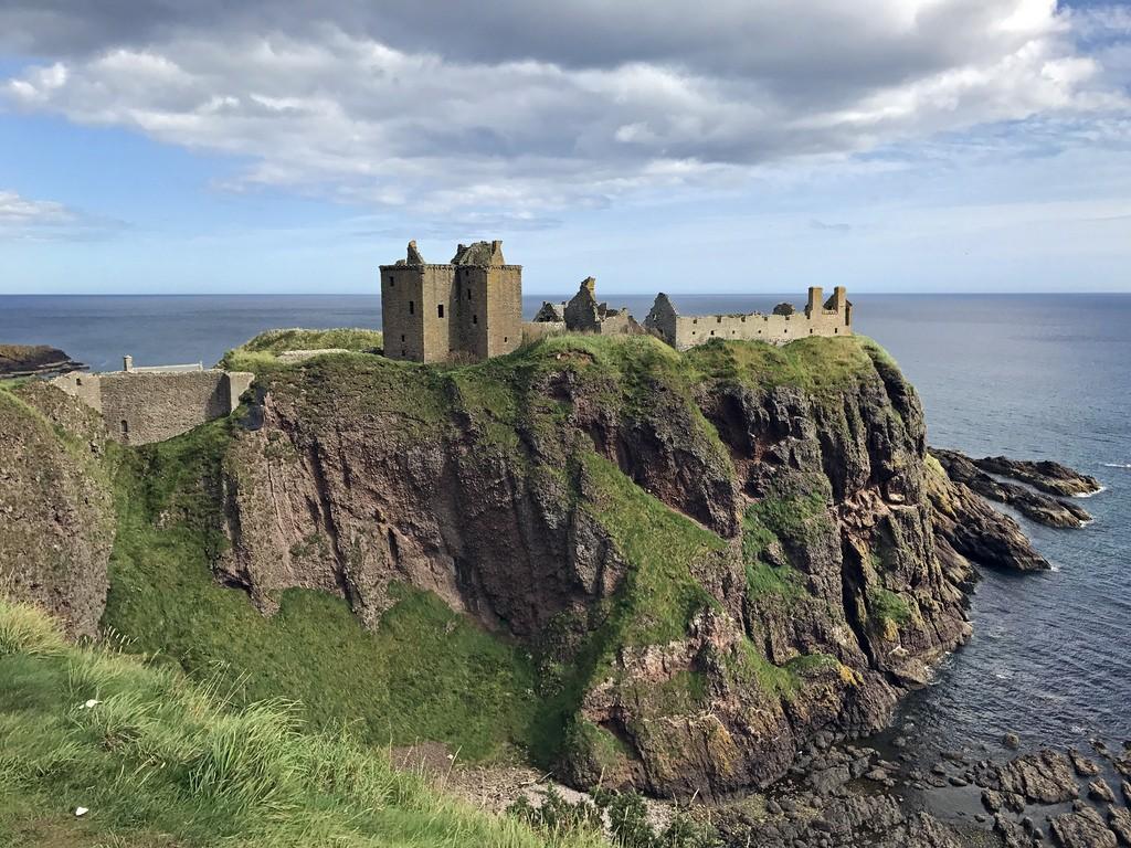 Dunnottar castle is prachtig gelegen op een klif