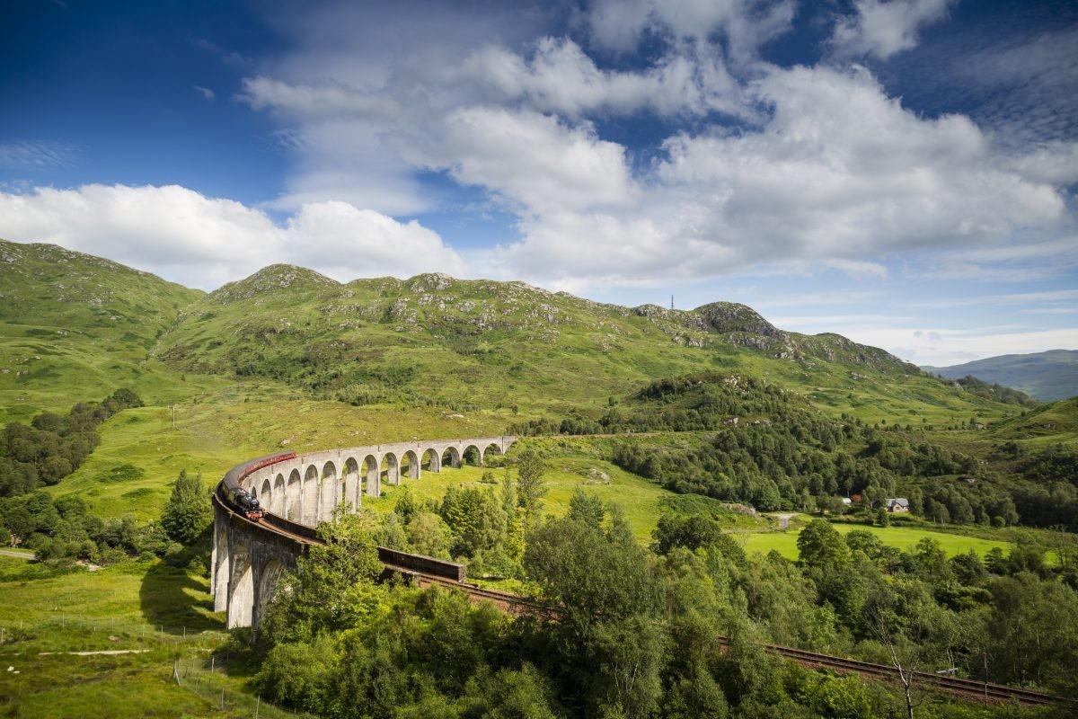 De Mallaig train slingert door het prachtige landschap
