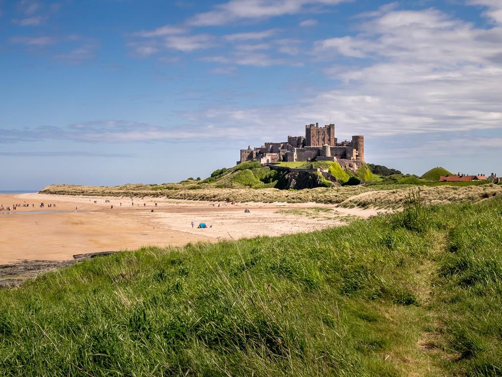 Bamburgh Castle aan de kust