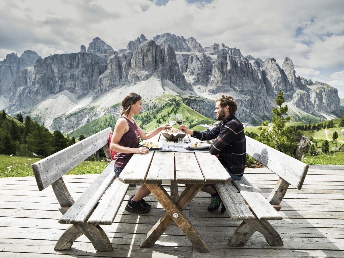Eten op grote hoogte Uitzicht op de Dolomieten (foto: Alta Badia Brand, Andre Schoenherr)