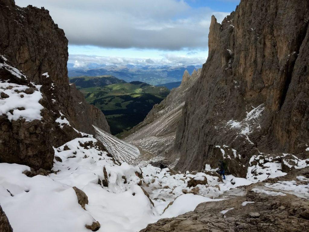 Pasovergang tussen Punta Grohmann en Sassolungo door via rifugio  Toni Demetz Hütte. Lekker naar beneden glijden! Foto: Sietske Mensing