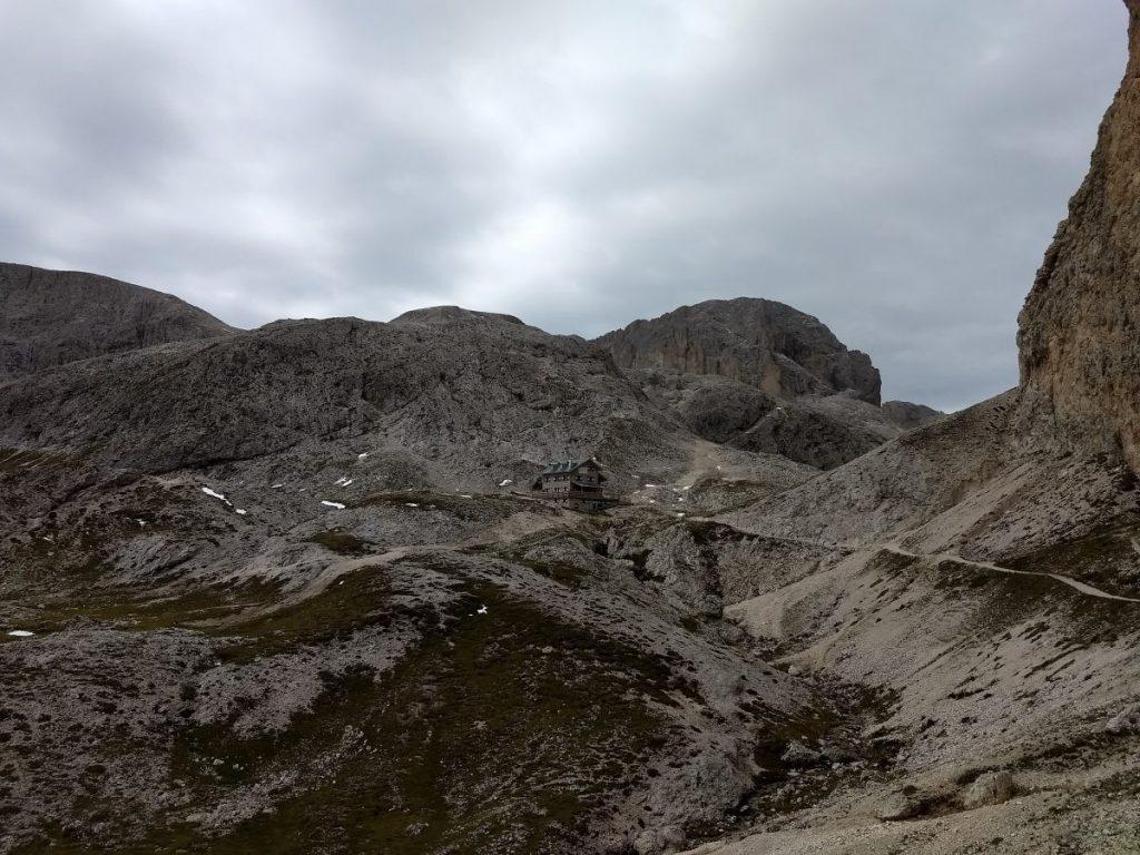 Rifugio Antermoia valt bijna weg tegen de grijzen bergen. Foto: Sietske Mensing