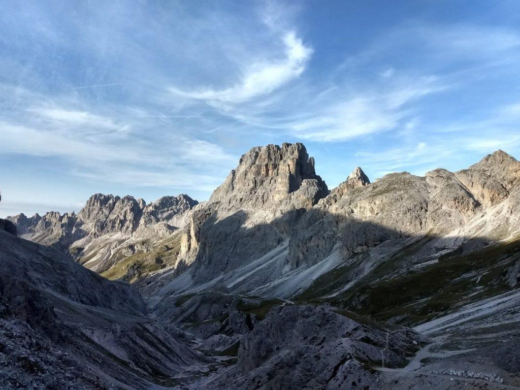 De zon komt over de bergen in Val del Vajolet. Foto: Sietske Mensing
