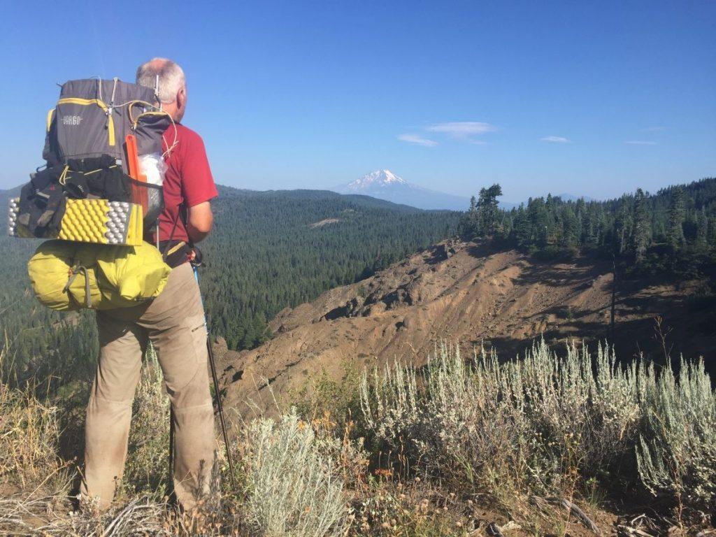Andre kijkt naar een vulkaan - de Pacific Crest Trail - © Lian de Jel