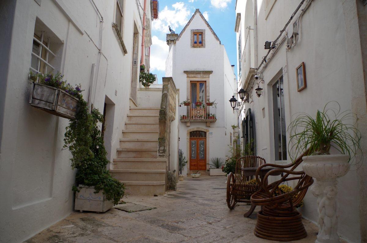 Dwaal door de straatjes met witte huisjes in prachtig Puglia - Foto: PHAROS REIZEN