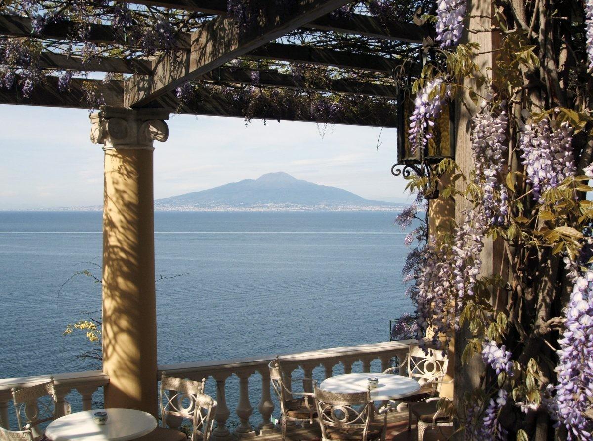 Even relaxen na het maken van vele autokilometers met uitzicht op de Vesuvius - Foto: PHAROS REIZEN