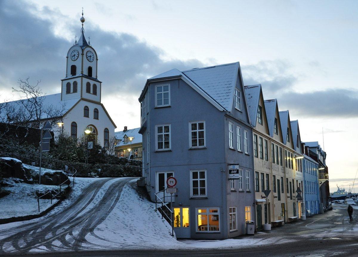 Je brengt een bezoekje aan de hoofdstad Torshavn - PHAROS REIZEN