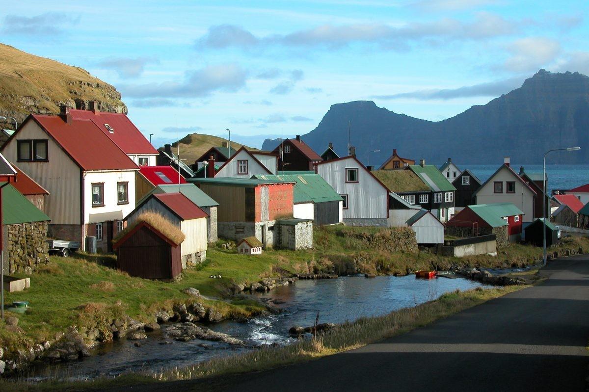 Maak een tussenstop in het dorpje Gjógv - PHAROS REIZEN