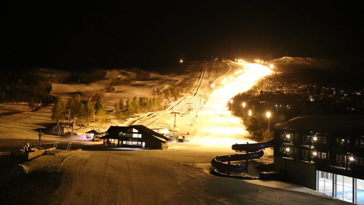 Verlichte piste in Geilo Noorwegen