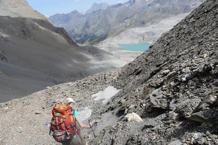 Afdalen over een smal pad met steentjes.