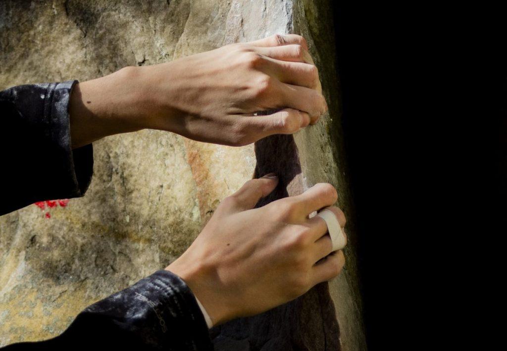 Met een beetje mazzel kan je goed vast houden aan de rotsblokken. Foto: Erwin Zantinga