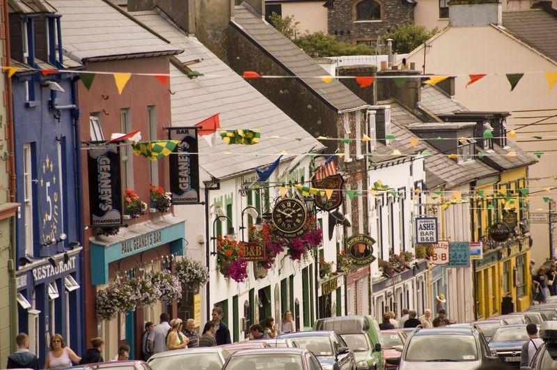 Bezoek de winkels en restaurants in de levendige hoofdstraat van Dingle Kerry - Pharos Reizen