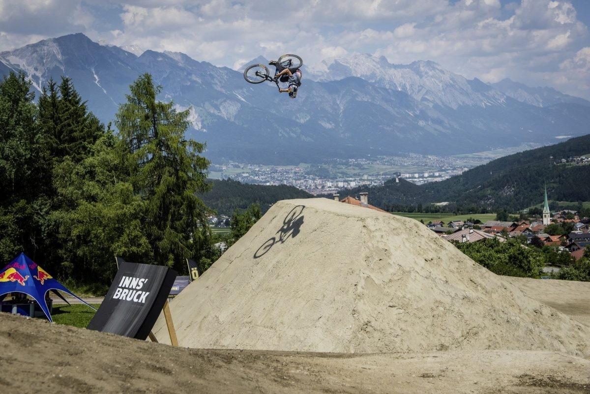 Crankworx wordt gehouden met de omliggende bergen op de achtergrond. Foto: Stefan Voitl