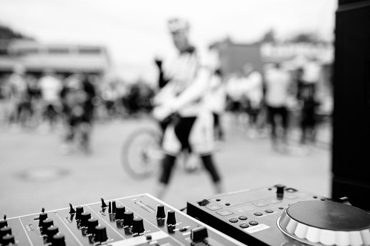 Partyzone bij start en finish. DJ's en foodtrucks zorgen voor nog meer sfeer. Foto: Franz Oss