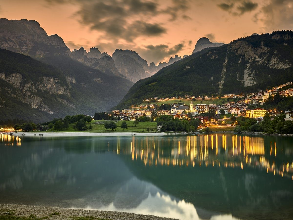 Het Molvenomeer bij zonsondergang. © Fototeca Trentino Sviluppo S.p.A. - C. Baroni