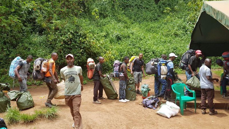 De porters verdelen de bagage