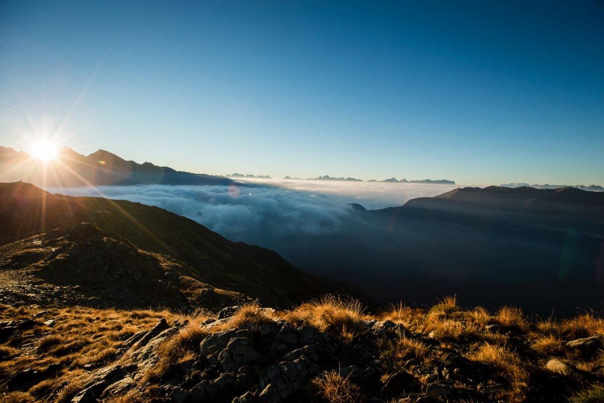 Hiken met het zonnetje net achter de berg (Copyright: IDM Suedtirol Hansi Heckmair)