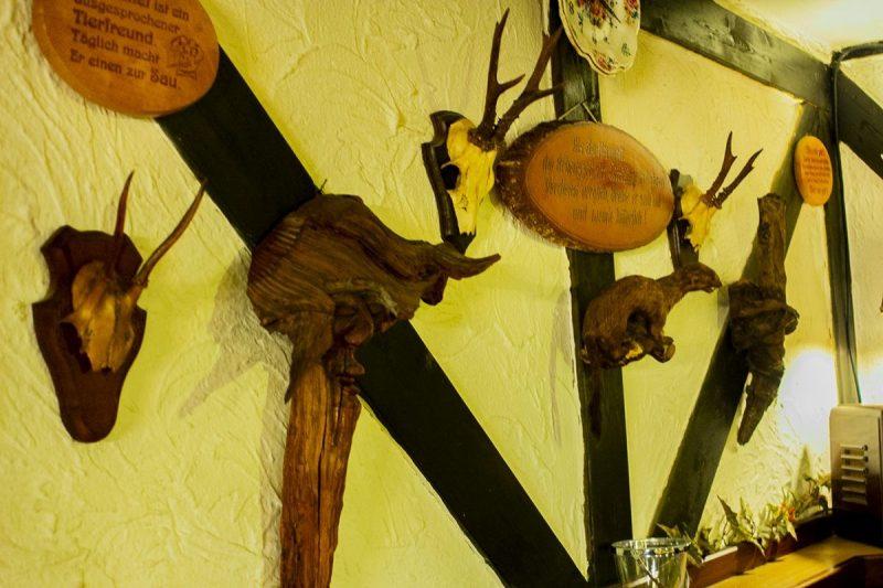 Trofeeën aan de muur in het restaurant dat grenst aan de bossen