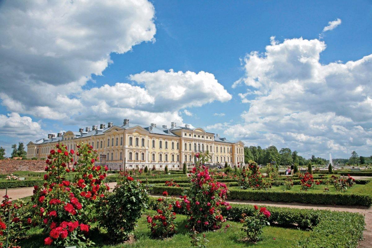 Het paleis van Rundale met de rozentuin eromheen. Foto: Latvia Travel