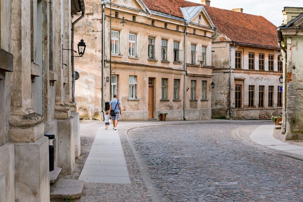 Lekker slenteren door de romantische straatjes van Kuldiga. Foto: Latvia Travel