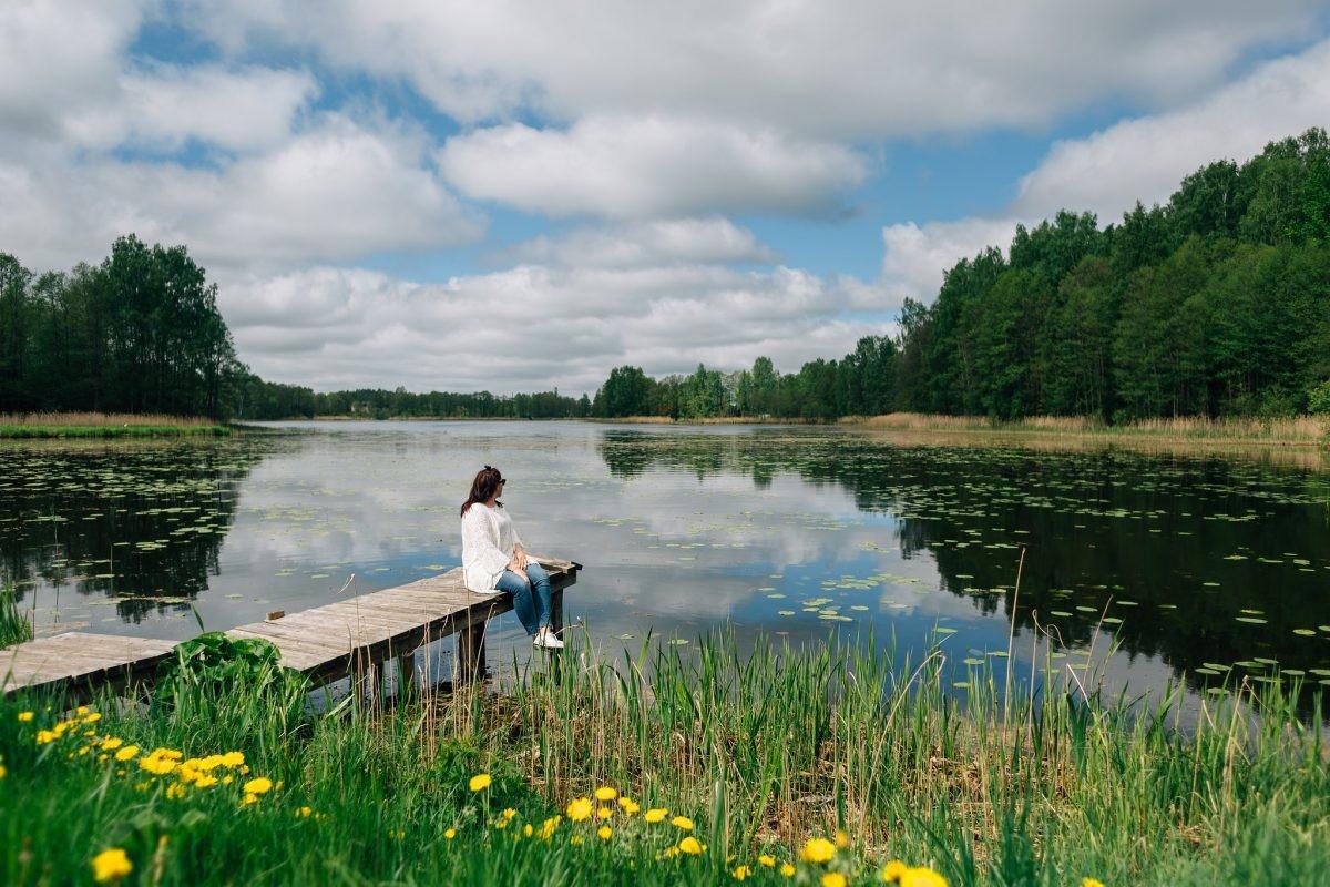 Heerlijk ontspannen bij één van de meren. Foto: Latvia Travel.