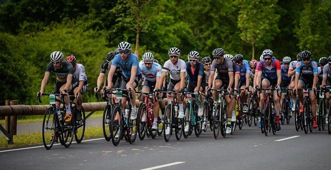 De groep is groot. Dus vooraan rijden om zo valpartijen te vermijden. Foto: sportograf.com