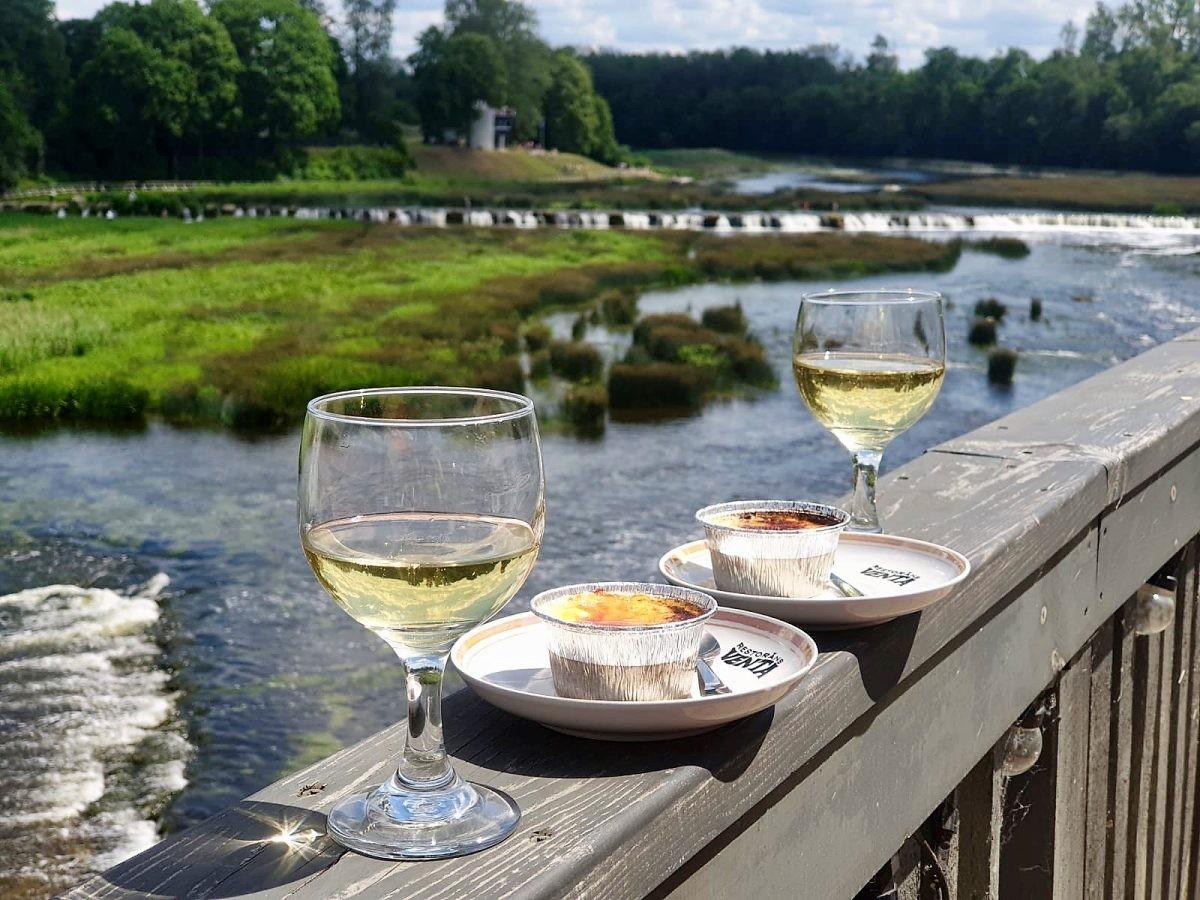 Heerlijke taartjes, koffie of wijn bij het gezellige Rezidence Kafe met uitzicht op de waterval. Foto: Baiba Lange