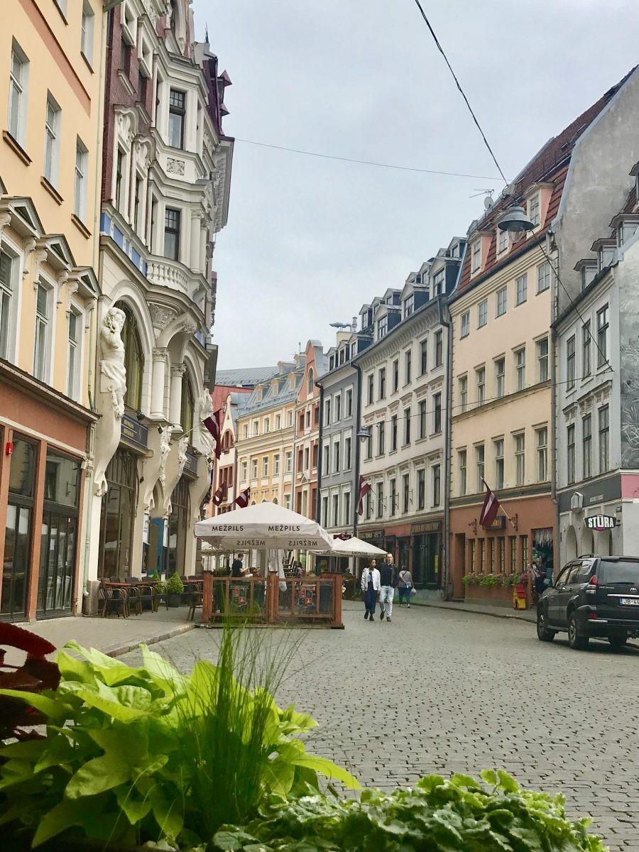 Het oude centrum van Riga is prachtig en het stikt er van de terrasjes. Foto: Pauline van der Waal