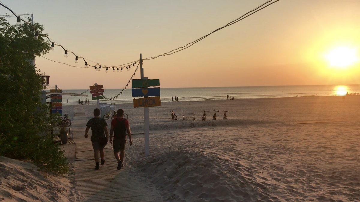 We worden getrakteerd op een prachtige én warme zonsondergang op het strand van Liepaja