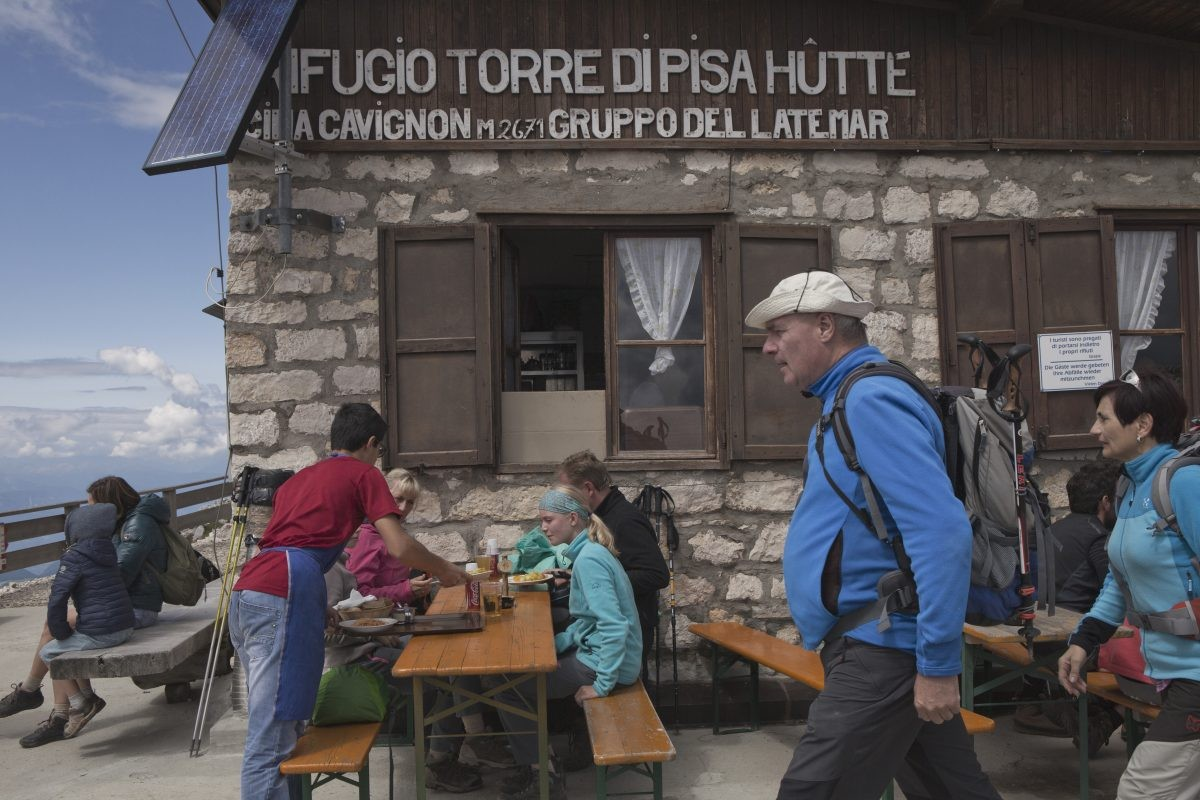 Wandelaars bij Rif. Torre di Pisa © Fototeca Trentino Sviluppo S.p.A. - R. Petralla