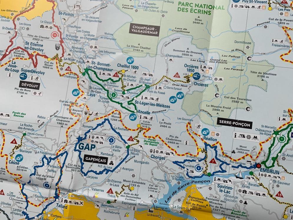 Voor de Hautes Alpes is een practische 'klimkaart' genaakt. Voor elk niveau zijn er alternatieven. In het veld zijn de routes gemarkeerd. Vaak wordt ook het stijginsgpercentage aangegeven zodat je weet wat je de komende 1000 m. voor de kiezen krijgt.