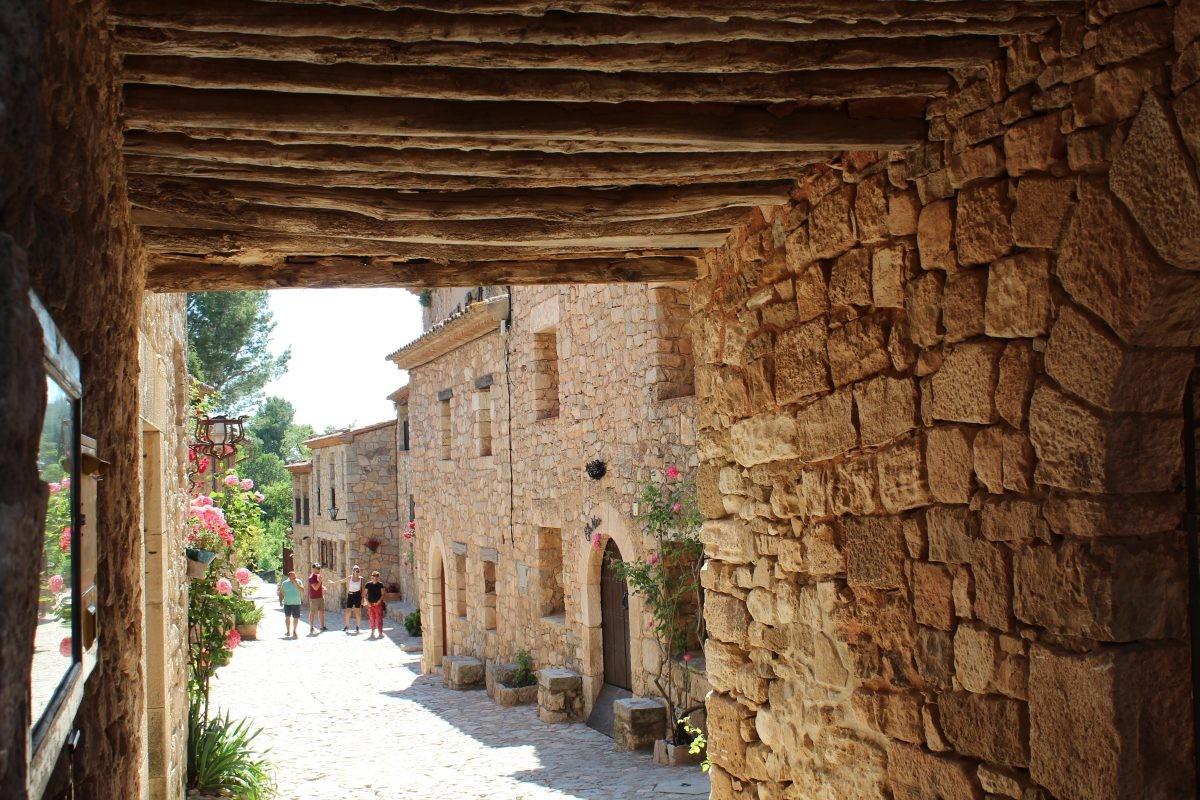 Met een gids krijgen wij een rondleiding door het dorpje Siruana