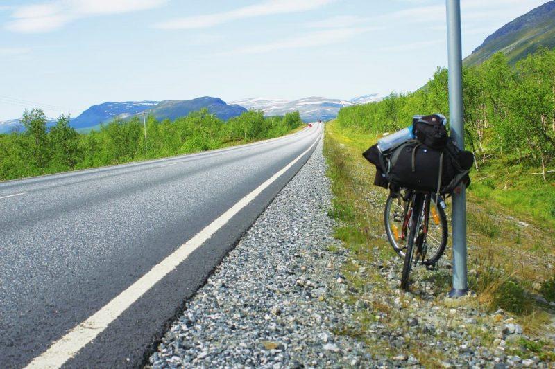 De wegen zijn lang maar de omgeving is ongekend mooi, vlak bij Sami festival Riddu Riđđu