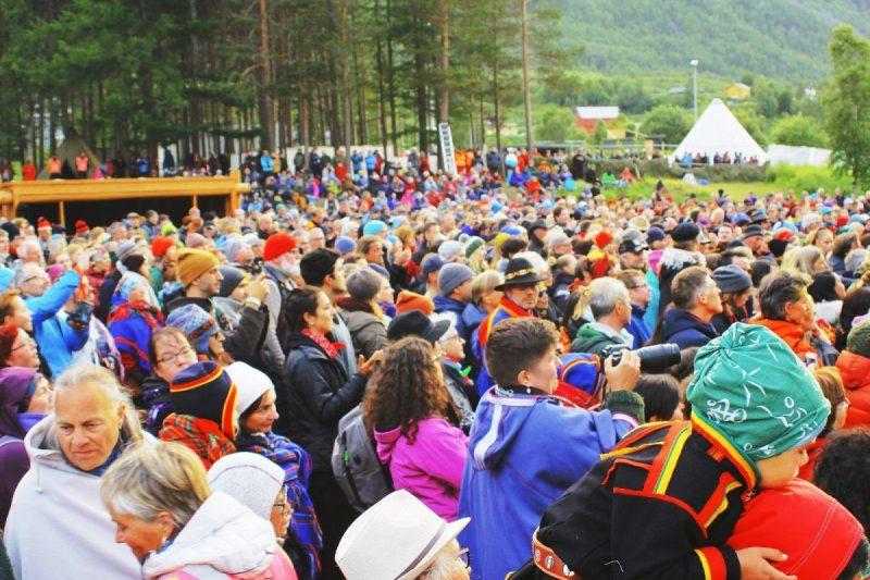 Het publiek is een kleurig geheel en het karakterestieke blauw en rood van de Sami kleding springt eruit