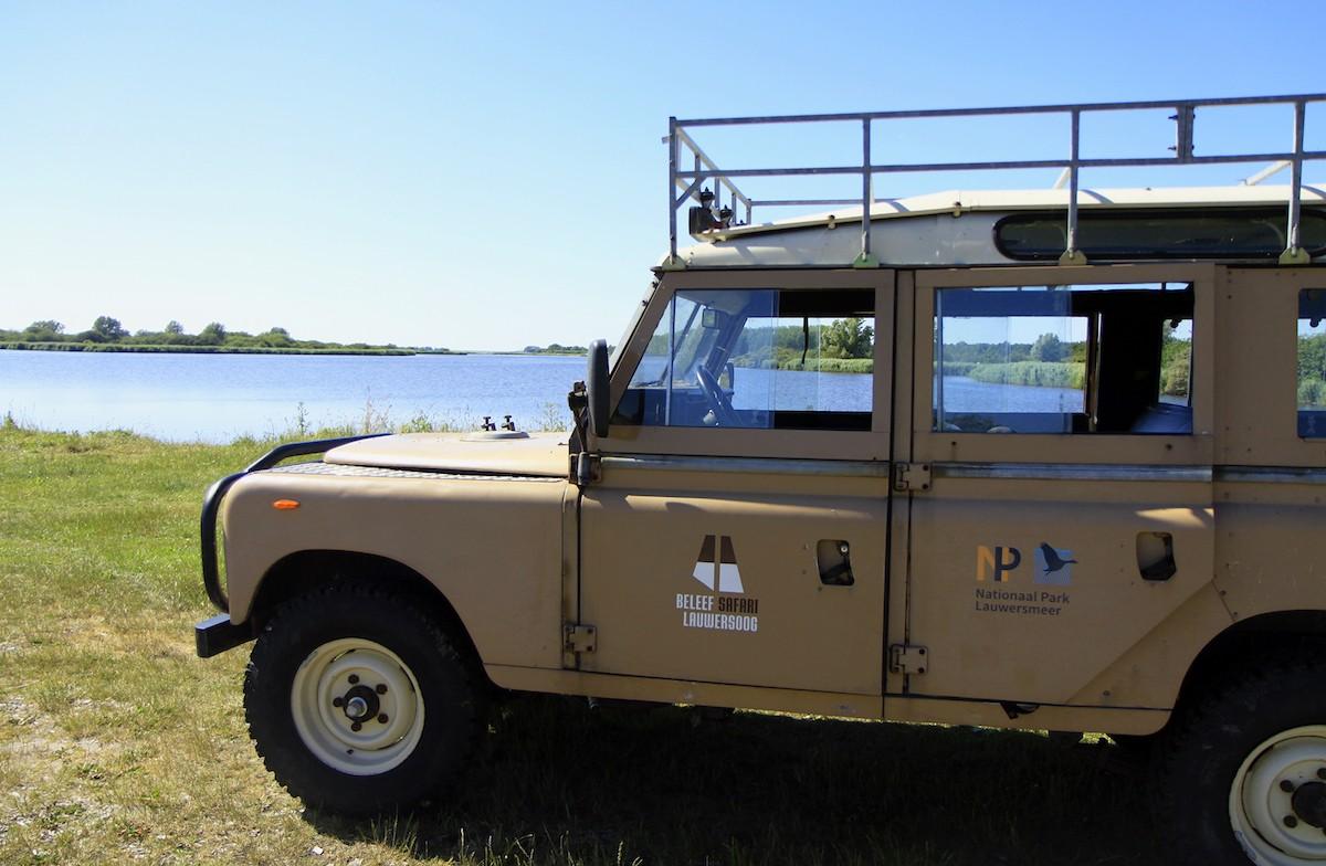 Een stop met de jeep op de oever van het Lauwersmeer