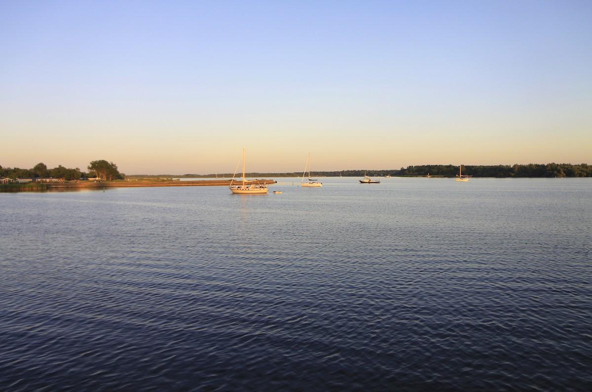 Het Lauwersmeer in het avondlicht