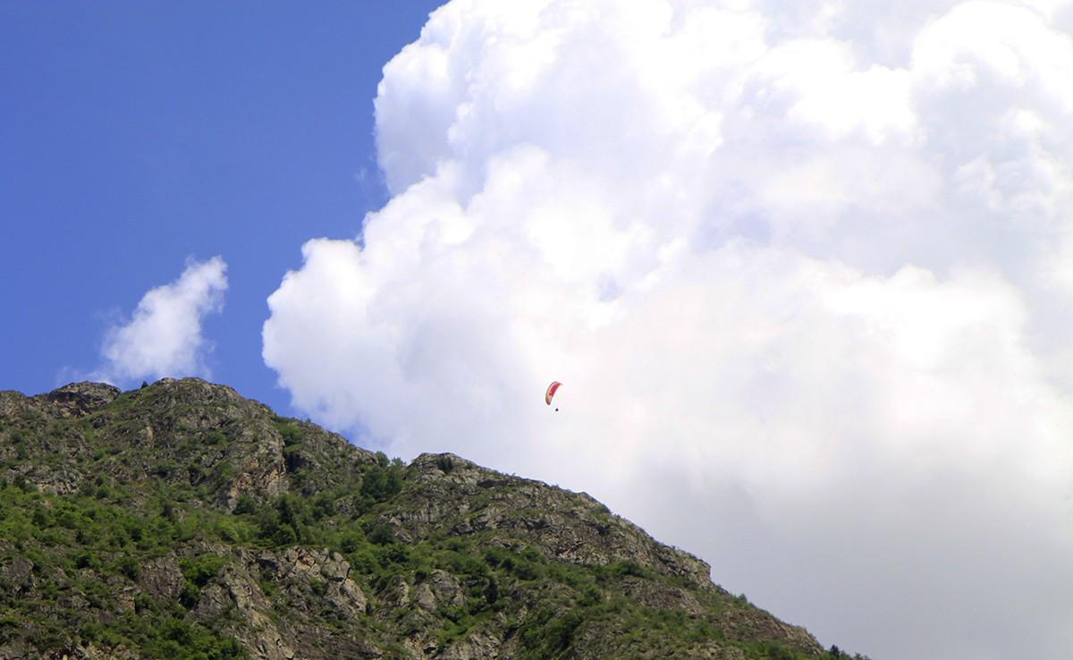 Een paraglider in de lucht