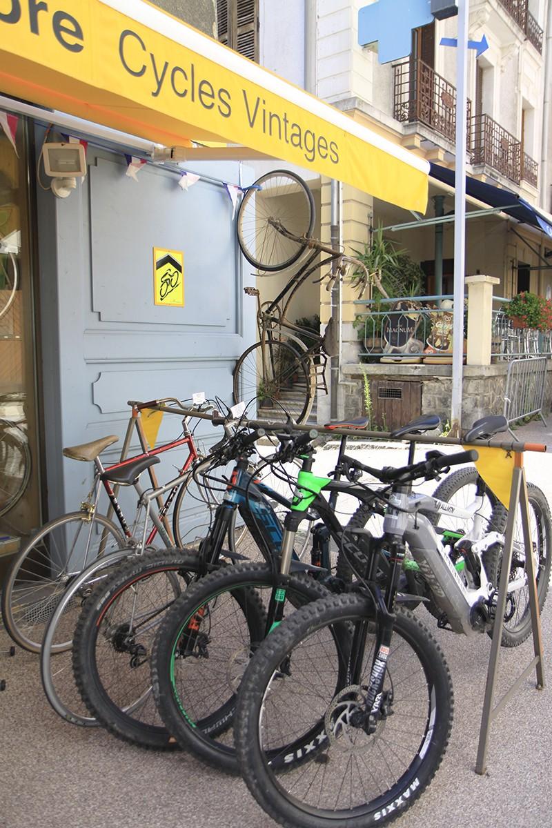 Onze mountainbikes bij het fietswinkeltje